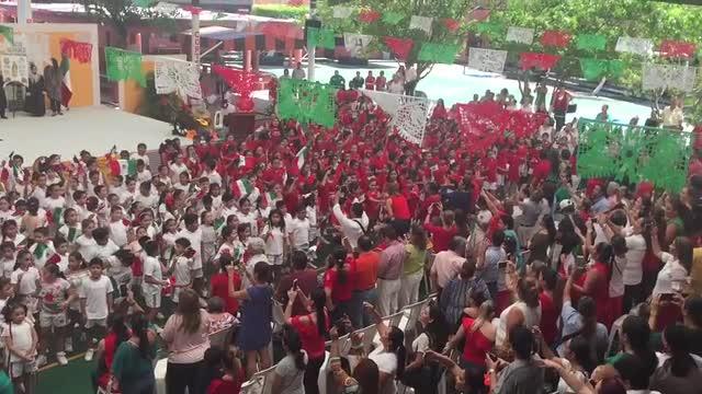 Niños del Colegio Americano cantando