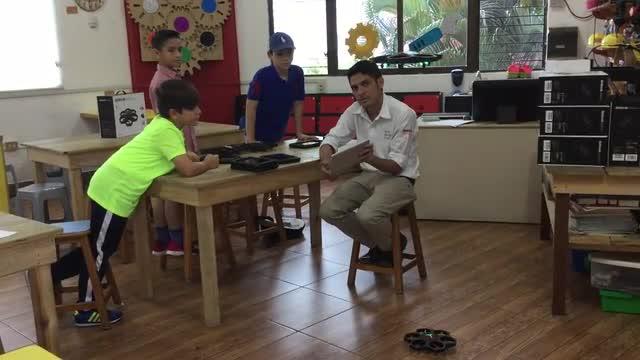 Niños en la primera clase del taller de la academia de pilotos de drones