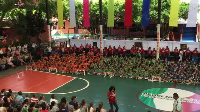 Niños felices en la inauguración deportiva