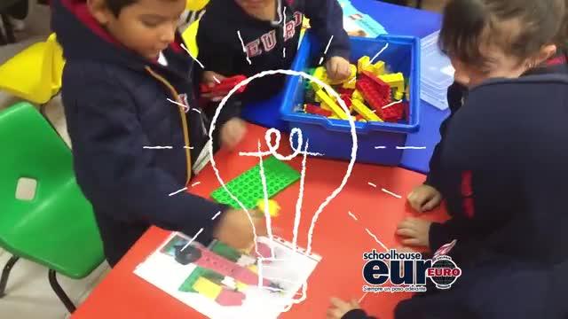 Niños de kinder construyendo máquinas lego