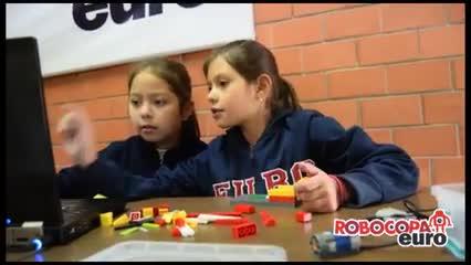 Niños en clase de robótica con materiales lego