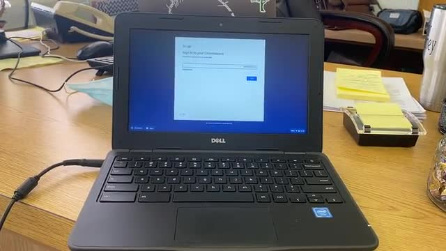 Video que muestra como iniciar un Chromebook (dispositivo estudiantil)